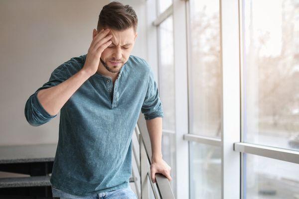 A man experiencing concussion symptoms